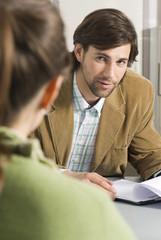 Geschäftsmänner Kollegen diskutieren im Büro