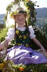 Österreich, Salzburg Land, Mädchen in Tracht sitzt in Wagen