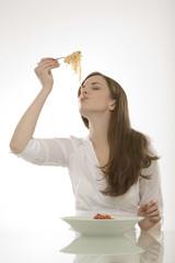 Junge Frau isst Nudeln, Spaghetti