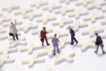 Business-Netzwerk, Figuren auf kreuzförmigen Objekten