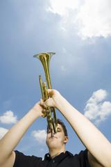 Junger Mann spielt Trompete