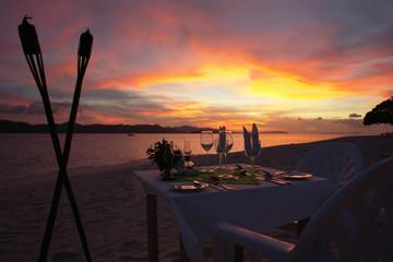 Philippinen, Esstisch am Strand bei Sonnenuntergang