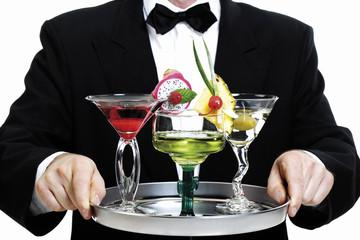 Kellner hält Tablett mit Cocktails