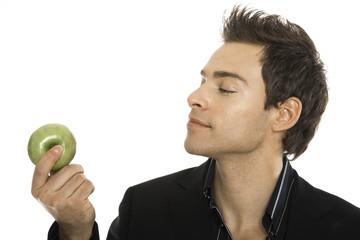 Junger Mann mit grünem Apfel, close-up