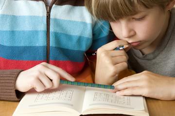 Junge lesen Buch