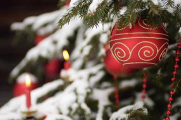 Weihnachtsbaum mit Schnee bedeckt