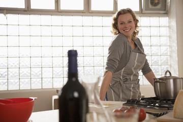 Frau, Seniorin in der Küche, Lächeln, Portrait