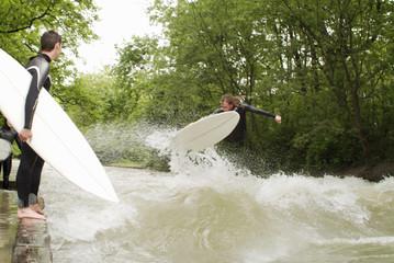 Männer jung Wellenreiten
