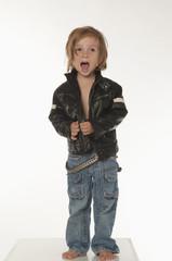 Junge tragen Lederjacke, mit offenem Mund