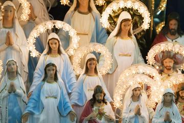 Jungfrau Maria und Jesus-Figuren auf Italienischem Display
