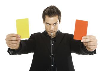 Junger Mann mit roten und gelben Karte close-up