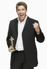 Junger Mann mit Filmpreis, Oscar, jubelnd