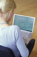 Frau mit Laptop, Rückansicht