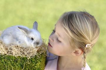 Mädchen schaut auf Osterhasen