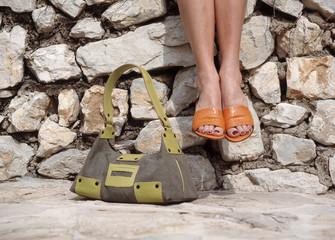 Frau sitzen an der Wand mit Handtasche,