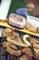 Würste und Fleisch auf dem Grill