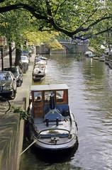 Kanal mit Booten in Amsterdam, Niederlande