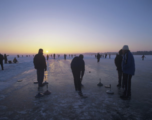 Deutschland, Bayern, Silhouette des Menschen Eessenockschießen