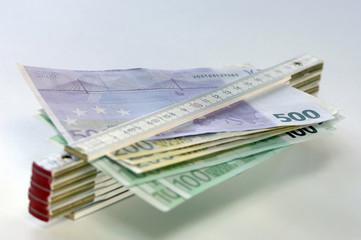Banknoten und Zollstock