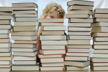 Frau mit Stapel von Büchern