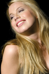 Porträt der Frau mit langen blonden Haaren