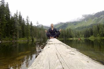Geschäftsfrau beim Meditieren am See