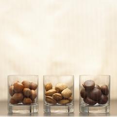 Drei verschiedene Nüsse in Gläsern
