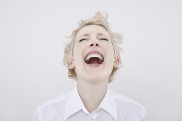 Frau lachen mit geschlossenen Augen, Portrait