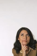 Frau jung, Hand an Kinn, nachdenklich, Porträt