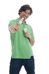 Mann halten Glühbirne
