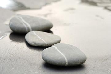 Pebbles im Sand, in einer Reihe