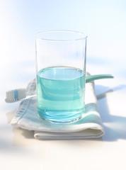 Mundwasser und Zahnbürste
