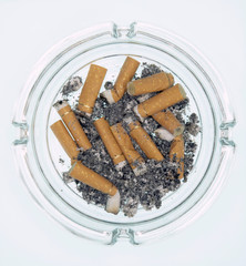 Aschenbecher mit Zigaretten ausgedrückt