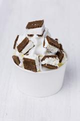 Frozen Joghurt mit Creme Schnitte