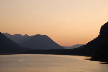 Deutschland, Bayern, Sylvenstein Sonnenuntergang über See