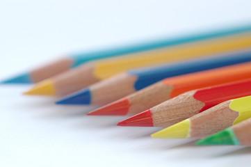 Reihe von Farbstiften mit scharfen Spitzen