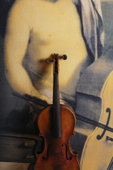 Beschädigte Geige vor Gemälde