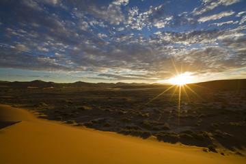 Afrika, Namibia, Sonne über Namib-Wüste