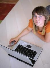 Frau mit Laptop und Handy