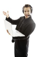 Junger Mann mit Kopfhörern, mit Laptop, close-up