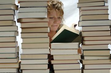 Frau mit Stapel von Büchern, lächelnd, lesen