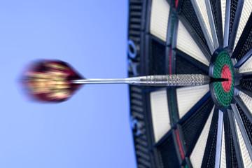 Dart trifft die Mitte, Bullseye auf Dartscheibe