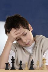 Junge spielt Schach