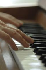 Close-up von Händen, die Klavier spielen