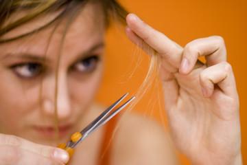 Frau jung Haare schneiden, close-up