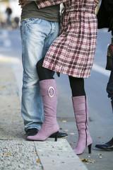 Umarmendes Paar auf der Straße