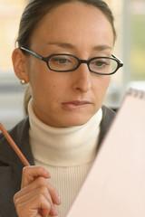 Geschäftsfrau liest