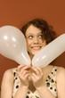 Junge Frau mit zwei Luftballons