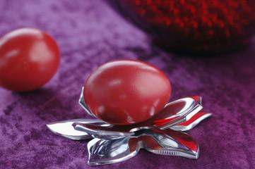 Rote Eier mit Schmuck