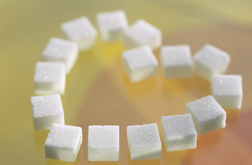 Zuckerwürfel in Form von Herzen angeordnet